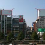 名古屋駅前の白い看板